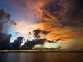 El Marañón sale al encuentro, buen tramo se recorre, pero en algún instante con algunos meandros, viene del otro lado el Ucayali que se acelera y en frenética contienda se junta, consumidos y absortos se recogen, se abalanzan lunáticos y en una incuestionable cercanía de coito completo, nace el Amazonas, ancho; hace ahora expandir el paisaje.